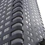 Aivan Liljeholmenin entisen satama-alueen tuntumaan rakennettu 24-kerroksinen asuintorni Kajen 4 (Gert Wingårdh) tummine julkisivuineen on kuin huutomerkki uudella, vielä keskeneräisellä asuinalueella. Rakennus on ehdolla Vuoden tukholmalaisrakennukseksi.