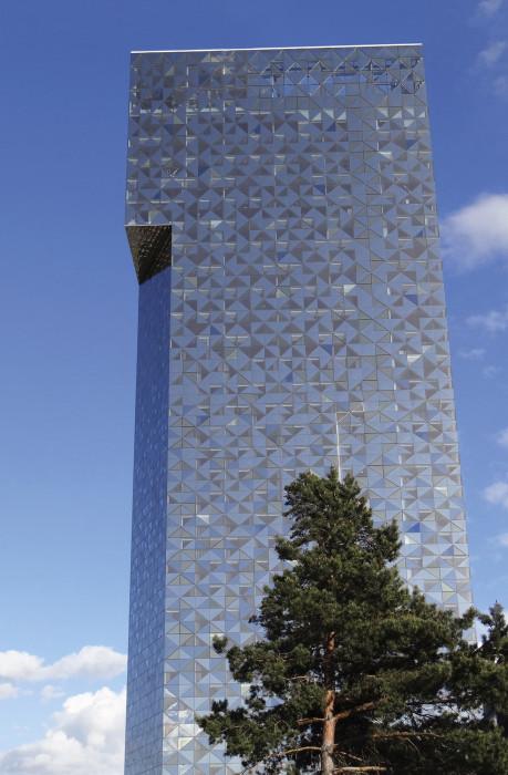 Pohjoismaiden korkein hotelli Scandic Victoria Tower (34 kerrosta) valmistui Kistaan vuonna 2011 (Wingårdh Arkitektkontor AB). Julkisivut ovat värillistä lasia. Kahdeksan erilaista lasielementtiä on aseteltu sattumanvaraisesti mikä tuottaa elävän vaikutelman.