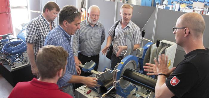 Marco Asplanato esittelee uusimman sukupolven puskuhitsauskonetta, koulutuksessa mukana GF:n henkilökuntaa Sveitsistä, Saksasta ja Tanskasta.