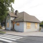 Matkakeskuksen vieressä sijaitseva 1912 rakennettu asemapäällikön talo pihapuineen on suojeltu ja sen tuleva käyttö on vielä ratkaisematta.