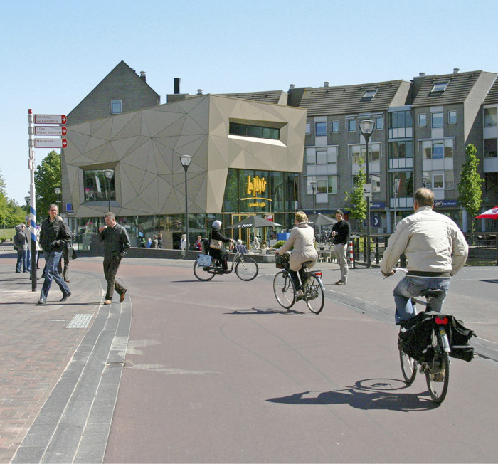 Houtenin keskusta ja pääkatu. Laadukkaat pyöräilyn pääväylät ovat nopeita ja helppokulkuisia niin kesällä kuin talvellakin.