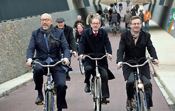 Nämä kolme herraa on helppo kuvitella myös auton rattiin. Pikaväylän viettelys on kuitenkin vahva.