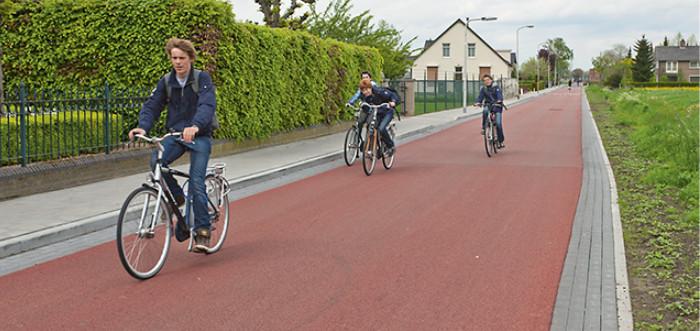 Osa Hollannin pikaväylistä on toteutettu pyöräkatuina, mikä toivottavasti tulee mahdolliseksi myös Suomessa liikenteen lainsäädäntöuudistuksen jälkeen.