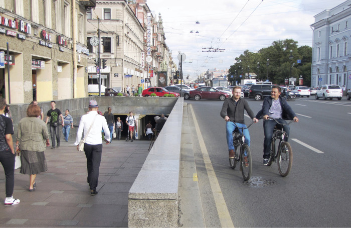 Polkupyöräilijöitä näkee Pietarin keskustassa yhä enemmän, mutta he liikkuvat kaduilla henkensä kaupalla.