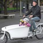 Mikko Hagelberg ja tyttäret Helga (vas.) ja Hilda nauttivat kaikki tavarapyörän kyydistä. Pyörää käytti paljon myös Elsa Hagelberg.