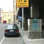 Mainoksellinen peruslatauspiste kahdelle autolle Turun Puutarhakadulla. Laite on haastava sijoittaa katutilaan kokonsa ja muotonsa puolesta. Lisäksi toinen latauspisteen luukku sijoittuu epäkäytännölliseen paikkaan eli kävelytien puolelle.