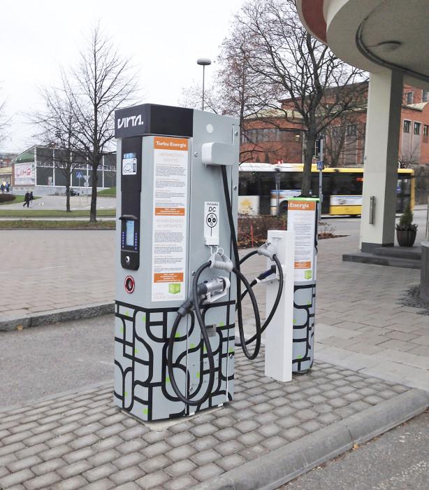 Latauspiste pika- ja peruslatauksella Turun linja-autoasemalla, jossa yksi parkkiruutu on otettu latauslaitteiston käyttöön.