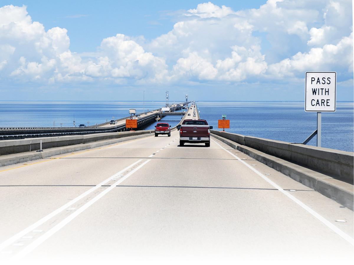 Vuonna 1956 avattu 38 kilometrin pituinen kaksiajoratainen Lake Pontchartrain Causeway yhdistää New Orleansin kaupungin järven yli pohjoiseen – ja samalla merenpinnan yläpuolisille alueille.