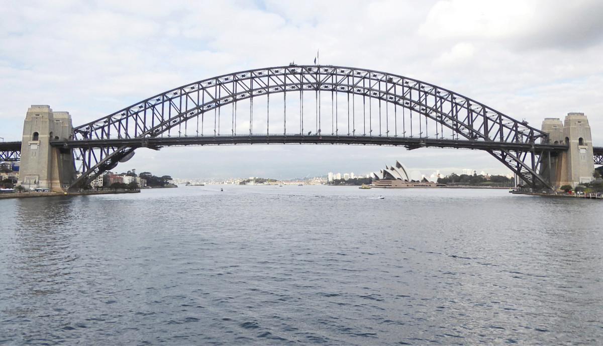Sydneyn keskustaa halkova Harbour Bridge otettiin käyttöön 1932. Taustalla näkyvä kuuluisa oopperatalo on puolestaan valmistunut 1973.