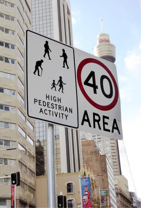 Liikennemerkeillä varoitetaan hitaasti liikkuvista kohteista.