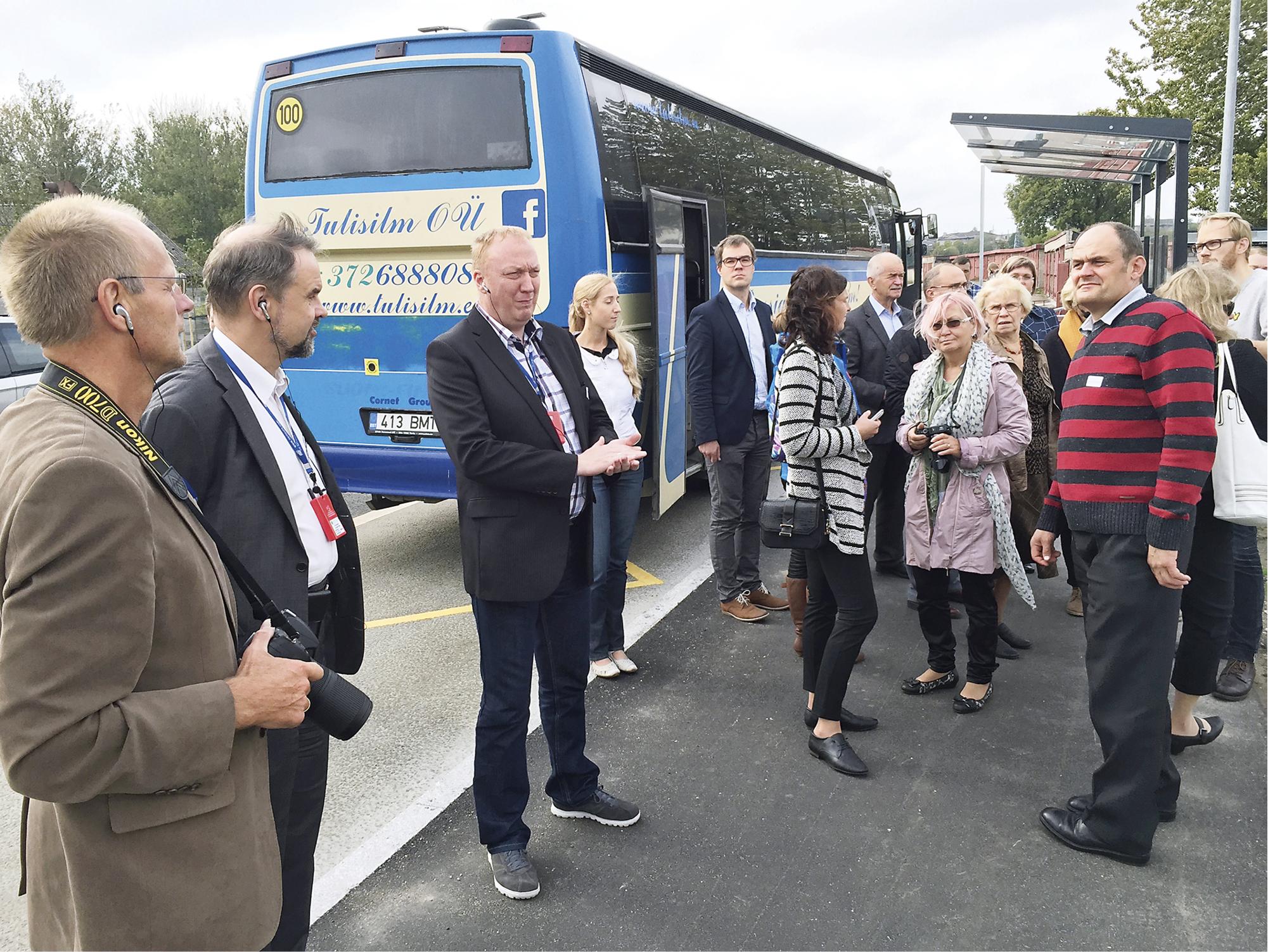 Viron kuntatekniikan päivien osallistujat tutustuivat kaupungin valmistuneisiin hankkeisiin paikan päällä.