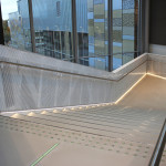 Teatterin portaikko johtaa kauppakeskuksen toisesta kerroksesta ylös lämpiöön.