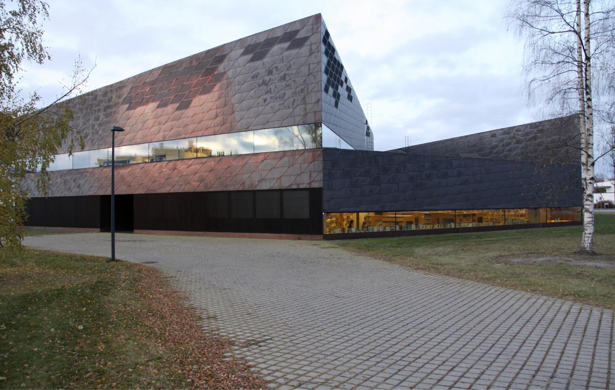 Seinäjoen kaupunginkirjaston vuonna 2012 valmistunut ja Vuoden betonirakenteena 2012 palkittu uudisrakennus Apila edustaa uutta korkeatasoista julkista rakentamista ja muodostaa arvokkaan osan Seinäjoen kaupungin kiinteistöomaisuudesta.