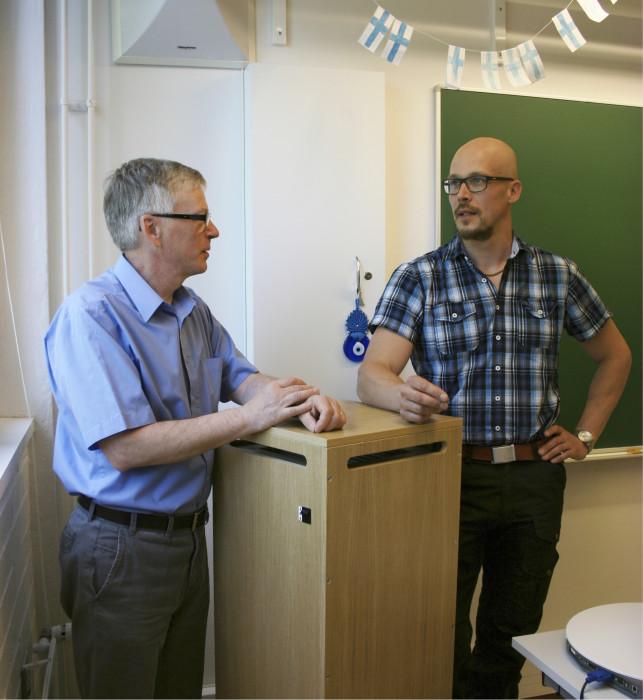 Lappeenrannan kaupunginhallituksen jäsen Ari Torniainen ja Lauritsalan koulun rehtori Jukka Mielikäinen ovat tyytyväisiä ilmanpuhdistimen toimintaan.