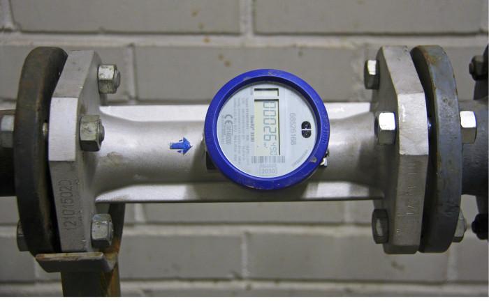 Suurempi 50 millimetrin ultraäänivesimittari asennettuna Forssan vesihuoltoliikelaitoksen toimitiloissa.