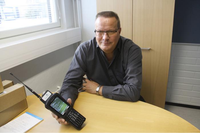 Kimmo Björninen ja ultraäänivesimittareiden etäluentaan käytettävä luentalaite, jolla lukemat saadaan talteen esimerkiksi haja-asutusalueilla ajamalla autolla kiinteistöjen ohitse.