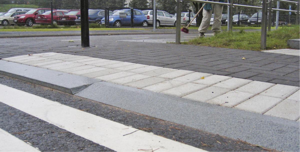 Helsingin esteettömyystuotteiden näyttelyalueella Esterissä kuvatut luiskareunatuki ja pystysuora reunatuki sopivat eri tavoin vammaisille.