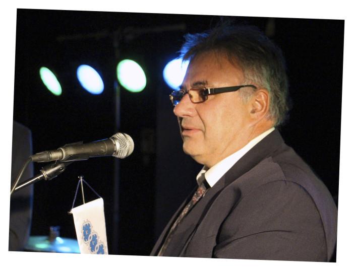 Ilpo Hietanen otti vastaan Kamtek Oy:lle myönnetyn yhteistyökumppanin kunniaviirin.