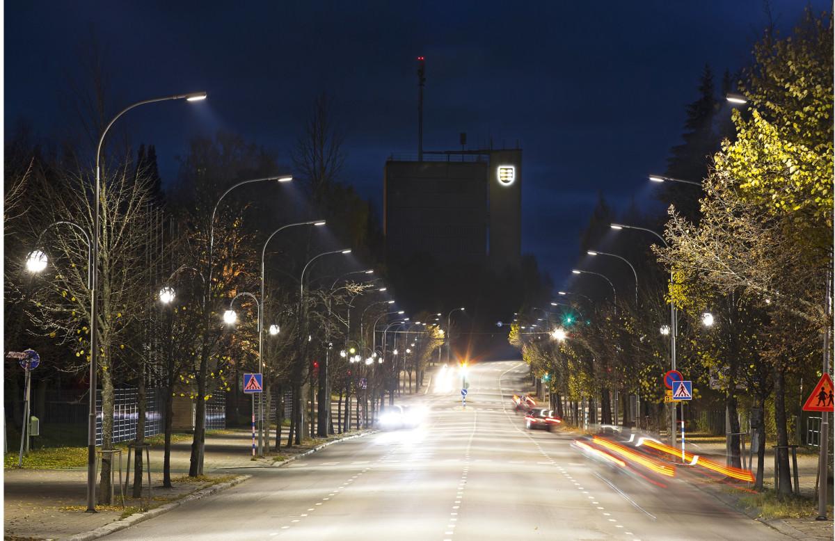 Pieksämäen keskuskadulta vaihdettiin vanhat 250W elohopealamput älykkäisiin led-katuvalaisimiin, joiden maksimiteho on 100-135W. Kaupungin vuotuinen säästö on yli 14 000 euroa. Älykäs ohjaus säästää vielä lisää, kun valotehoa voidaan ajoittain alentaa. Autokaistojen valaisimien lisäksi Keskuskadulta vaihdettiin myös kevytliikenneväylän puolella valaisevat perinteiset pallovalaisimet.