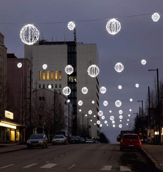 Talven ja joulun ajan valaistuksen väriksi haluttiin lämmintä valkoista valoa, sinistä voidaan käyttää tehokeinona. Kemin pääkadun, Valtakadun, jouluvalaistus.
