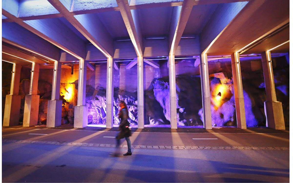 """The Railwave vie katsojan aaltoillen eteenpäin matkalla maan alla. Valot houkuttelevat tutkimaan louhitun kallion dramaattisia muotoja, kunnes valoaallot kuljettavat katsojan seuraavalle """"rannalle"""". Valaistus korostaa Fredrikinkadun sillan tunnelin kulmikasta ja kovaa muotokieltä. Teoksen suunnittelivat Marko Sorsa, Riikka Juvonen, Tommi Reijola ja Juha Järvimaa."""