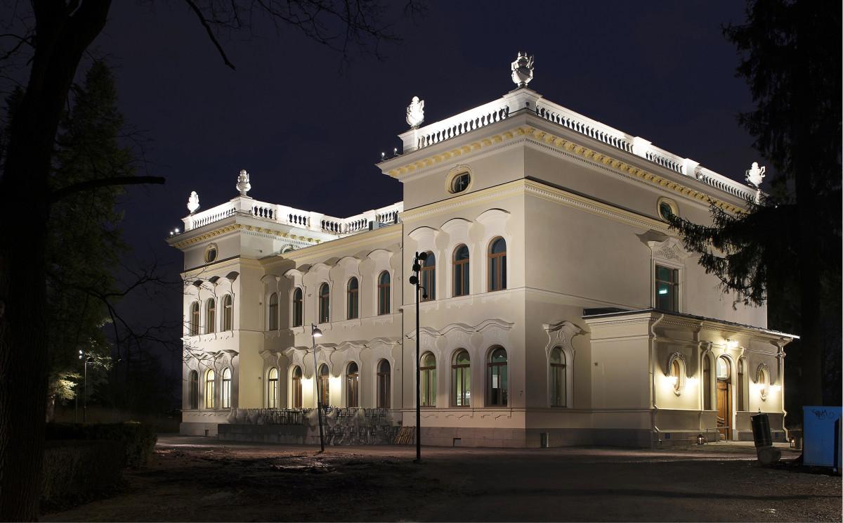 1898 valmistunut Näsilinna on valaistuna peruskorjauksen jälkeen upea näky.  Vesikaton balusterikaiteet on valaistu  40 pienehköllä led-valonheittimellä.