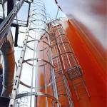 Laitoksen katolla oleviin oransseihin siiloihin mahtuu kumpaankin 500 kuutiometriä pellettiä.