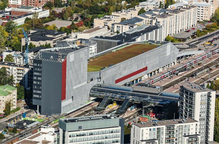 YIT:n toteuttama Tikkurilan matkakeskus Dixi sijaitsee kallioisessa maastossa ahtaalla tontilla. Hulevesin hallinta on varmistettu paikoitushallin päälle istutetulla runsaan 6000 neliömetrin suuruisella maksaruohokentällä, joka on lajissaan Suomen suurin. Kuva: YIT