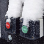Kuntalaiset saavat itse käyttää muovipakkausten jätepuristinta painamalla start-nappia. Kuva: Sari Järvinen
