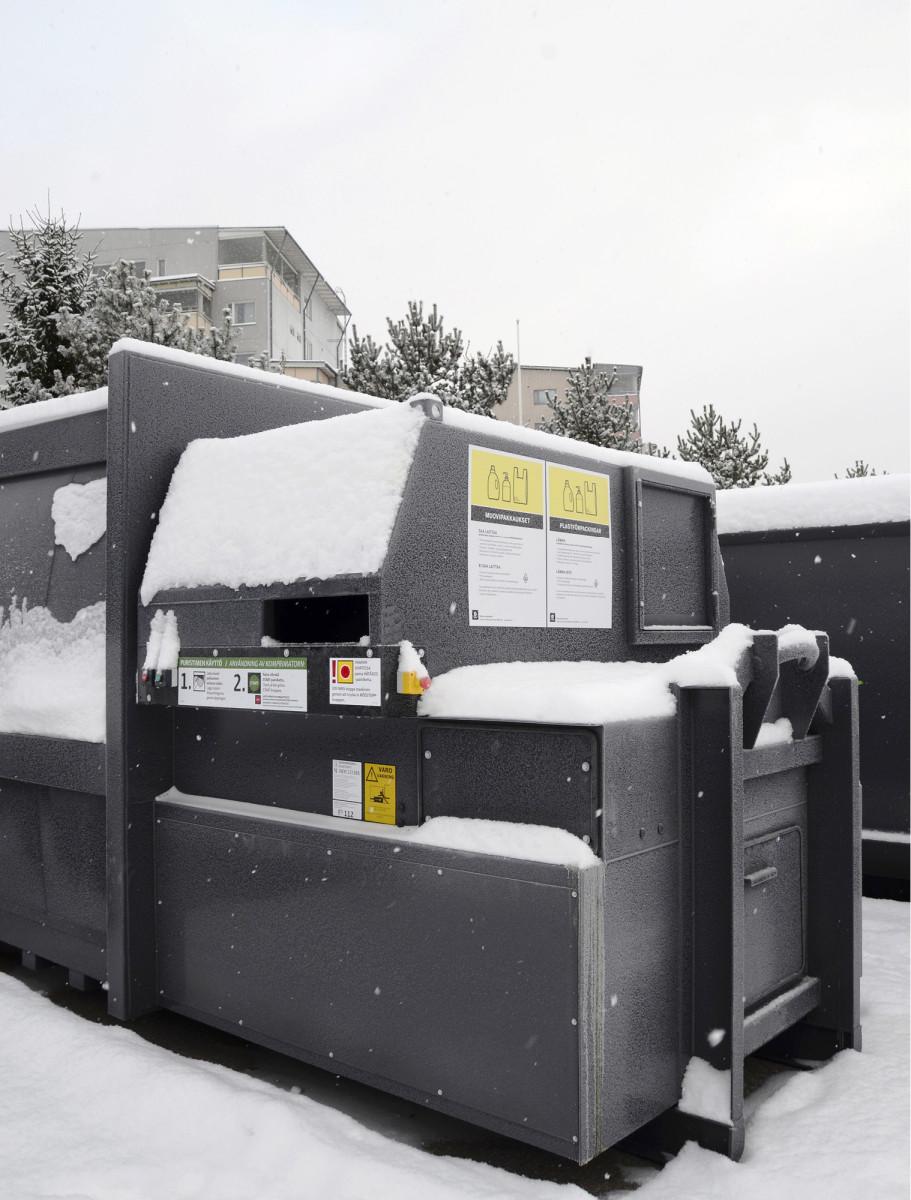 Rinki sijoitti yhden Suomen ensimmäisistä kuluttajien muovipakkausten jätepuristimista Turun Länsikeskuksessa Prisman parkkipaikan viereen. Kuva: Sari Järvinen
