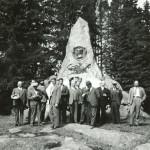 Pietarsaaren vuosikokouksen osallistujia Juuttaan taistelun muistomerkillä kesäkuussa 1935.