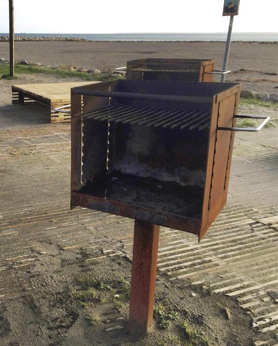 Koegen uudelle uimarannallekin oli tuotu grillit ja muut varusteet, jotka kaikki olivat ehjinä vielä kesän jälkeen. Kuva: Ville Alatyppö