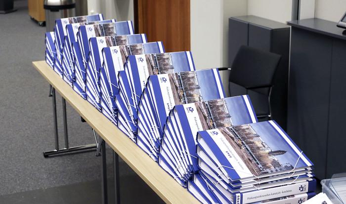 Koulutustilaisuus lähenee ja osallistujille jaettavat kansiot odottavat ottajaansa. Kuva: Petri Koivula