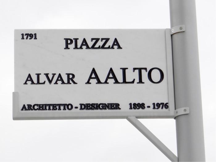 Porta Nuovan uusien kortteleiden nimistö kunnioittaa Alvar Aaltoa. Meilläkin voisi suosia käytäntöä informoida, kuka kyltin henkilö oli ja milloin eli.
