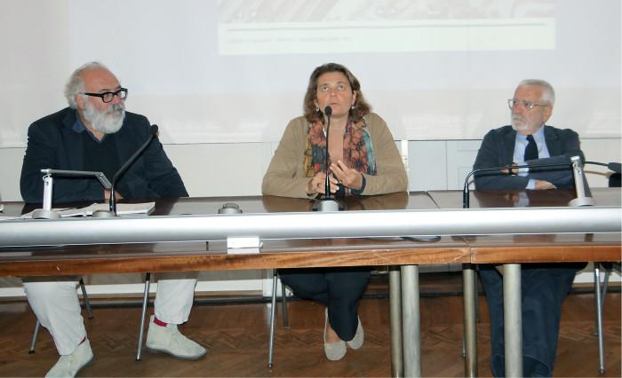 Milanon arkkitehtiliiton presidentti Valeria Bottelli (kesk.) ajaa laatupisteiden voimakkaampaa mukaan ottamista julkisiin suunnittelun tarjouskilpailuihin. Oikealla Milanon nykyiseen muodonmuutokseen kriittisesti suhtautuva Emilio Battisti.