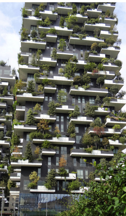 """Boeri Studion """"Bosco Verticale"""" (2013), """"vertikaalinen metsä"""" ihastuttaa myös milanolaisia ja toimii esimerkkinä uudelle """"vihreälle arkkitehtuurille""""."""