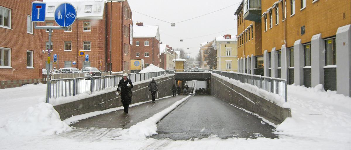 Uumajassa tärkeimpiä kävelylle ja pyöräilylle tarkoitettuja alikulkuja ja siltoja pidetään sulana kaukolämmöllä toimivan katulämmityksen avulla. Kuva: Kaisa Karhula