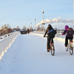 Oulu on Suomen edistyksellisimpiä pyöräilykaupunkeja myös talviolosuhteissa. Kuvassa talviliikennettä kävely- ja pyöräilysillalla. Kuva: Kaisa Karhula