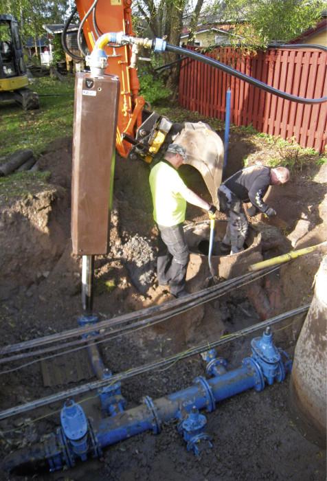 Vesihuoltolinjat ovat valitettavasti aina alimmaisina. Viemäreiden korkeusasema määrää osaltaan vesijohtojen sijoittamista. Usein detaljisuunnittelu on tehtävä vasta kun kaivutyöt on tehty.