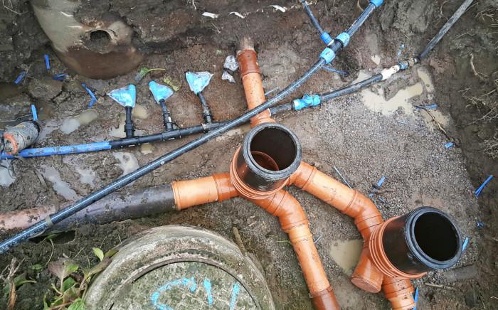 Vesijohtojen saneerauksen yhteydessä kaikki toimilaitteet uusitaan. Samaa kaivantoa voidaan hyödyntää viemärin saneerauksessa. Tässä myös viemärin tarkastuskaivot on uusittu.