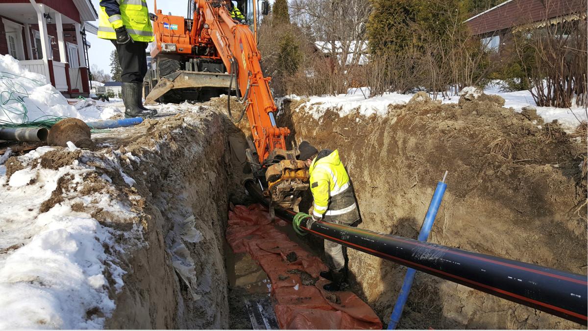 Vesihuoltoverkoston saneeraus sujuttamalla uusi putki vanhan sisään vähentää kaivutöitä.