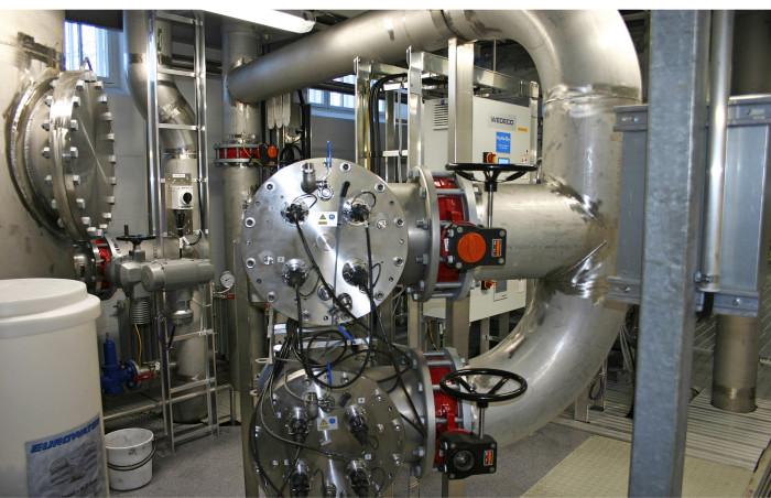 Vedenottamolle asennettiin kaksilinjainen UV-käsittelylaitteisto, jolla voidaan poikkeustilanteissa käsitellä tarvittaessa lähes 10 000 m3 vettä vuorokaudessa. Kuva: Paavo Taipale