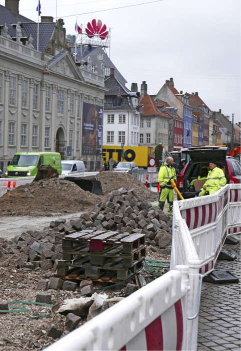 Kööpenhaminakin on paikoittain näinä aikoina yhtä jatkuvaa tietyömaata. Viemäreiden lisäksi uusitaan kaukolämpöputkia ja muun muassa levennetään pyöräteitä. Kuva Kongens Nytorvilta.