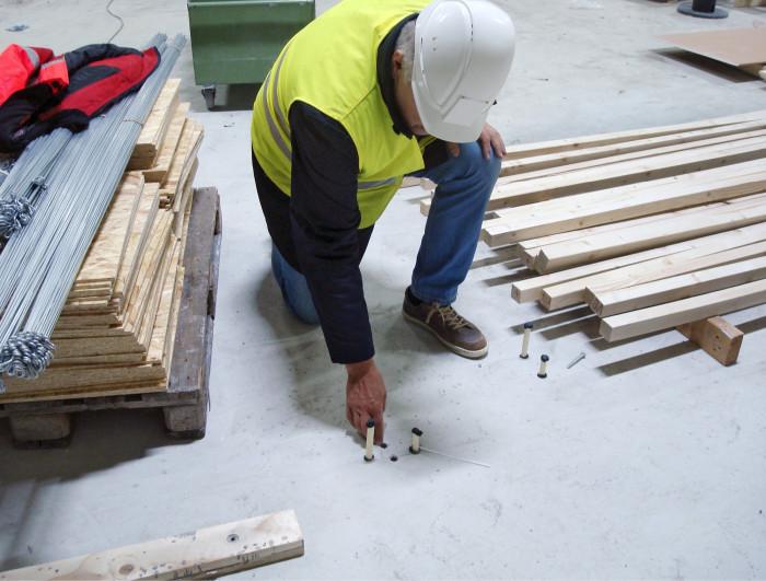 Patrik Flygar tutkii hallin lattian 20 cm:n vahvuista betonikerrosta, jonka kuivatuksen kanssa ei haluttu hätäillä. Liian kova kiire juuri tässä rakennusvaiheessa onkin tuottanut paljon murhetta monessa rakennusprojektissa. Betonin kuivumista seurattiin tätä varten poratuista rei´istä.