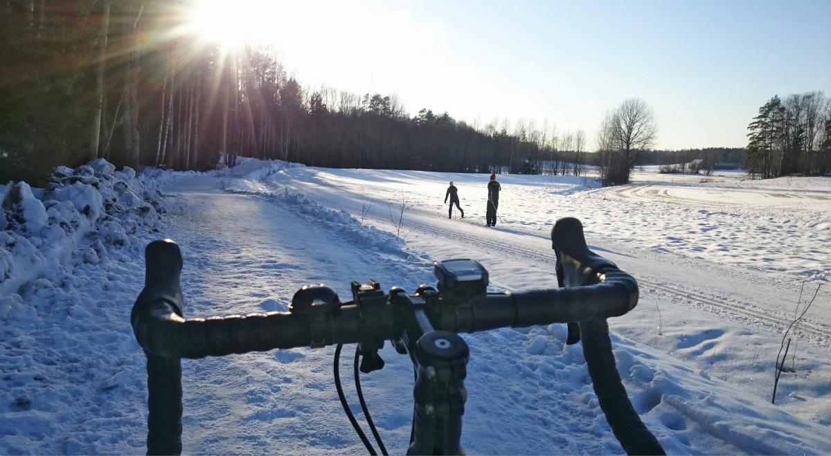 Espoon vilkkaimmille ulkoilureiteille rakennetut rinnakkaisreitit mahdollistavat esimerkiksi pyöräilyn myös talviaikaan.