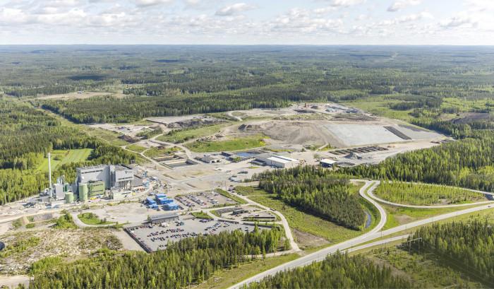 Tarastenjärven jätteenkäsittelykeskus. Etualalla on uusi Tammervoiman hyötyvoimalaitos. Uudet kiertotaloutta palvelevat alueet on kaavoitettu läjitysalueen takana näkyvälle metsäalueelle.