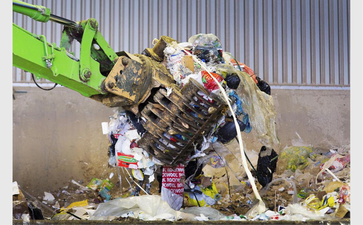 Asukkaiden energiajätettä syötetään murskauslaitoksen käsittelyyn Kujalan jätekeskuksessa Lahdessa. Käsitelty energiajäte on valmista polttoainetta voimalaitoksille.