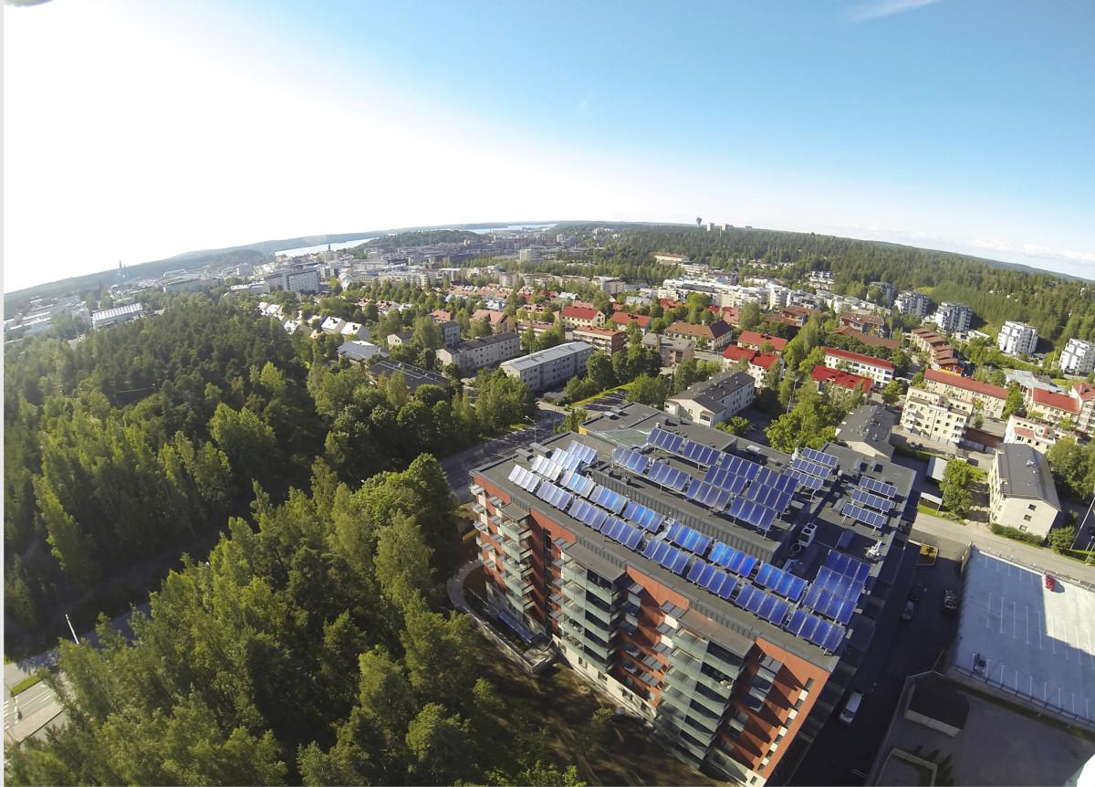 Kerrostalojen katoille pystytään sijoittamaan aurinkokeräimiä helposti, jos ympäristö on esteetön. Lahdessa energiaa kerätään koko katon leveydeltä.