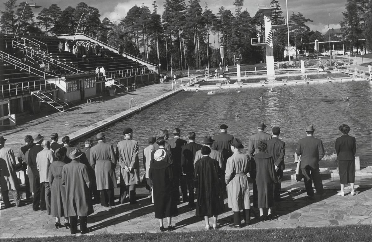 SKTY:n vuosikokouksen osanottajia tutustumassa Helsingin uimastadioniin kesäkuussa 1953.