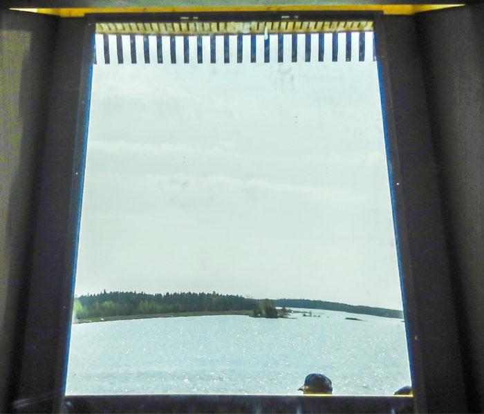 Periskooppi tarjoilee kauniin järvimaiseman - kehyksissä.